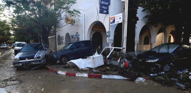 23.set.2018 - Enchentes danificam veículos na cidade costeira de Nabeul - FETHI BELAID / AFP