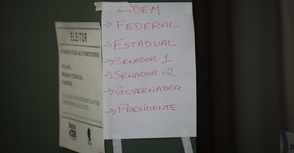 Colégio em São Paulo orienta eleitores com cartaz escrito à mão