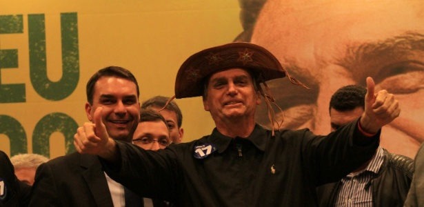 Jair Bolsonaro usa chapéu de cangaceiro durante encontro do PSL em hotel