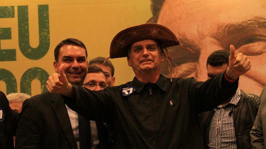 Ao lado de um dos filhos, Jair Bolsonaro usa chapéu de cangaceiro durante a campanha eleitoral, em outubro - JOSE LUCENA/FUTURA PRESS/FUTURA PRESS/ESTADÃO CONTEÚDO