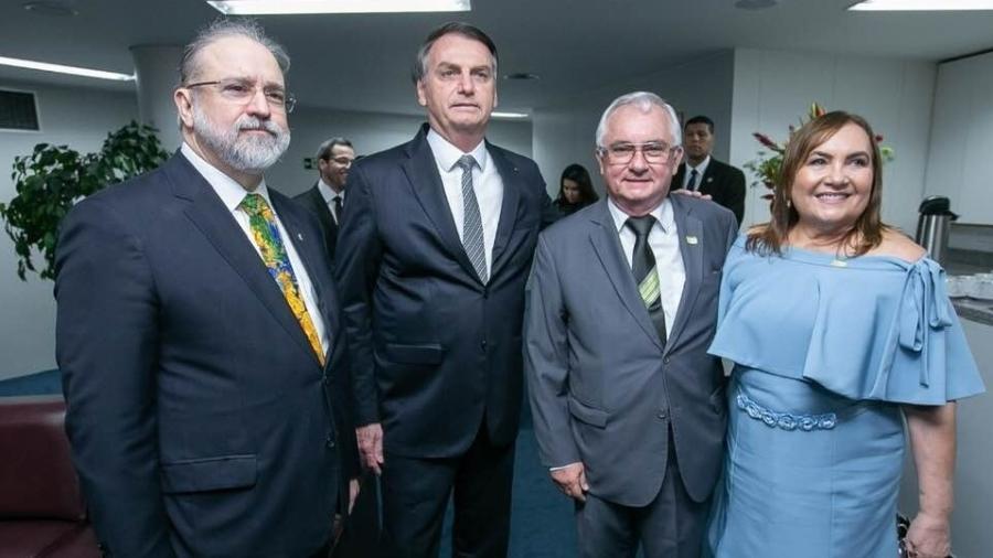 O procurador-geral, Augusto Aras, o presidente Jair Bolsonaro, o secretário-geral e braço direito do PGR, Eitel Santiago e sua mulher, Fátima Clemente, durante a posse da nova cúpula do órgão. - Reprodução do Facebook