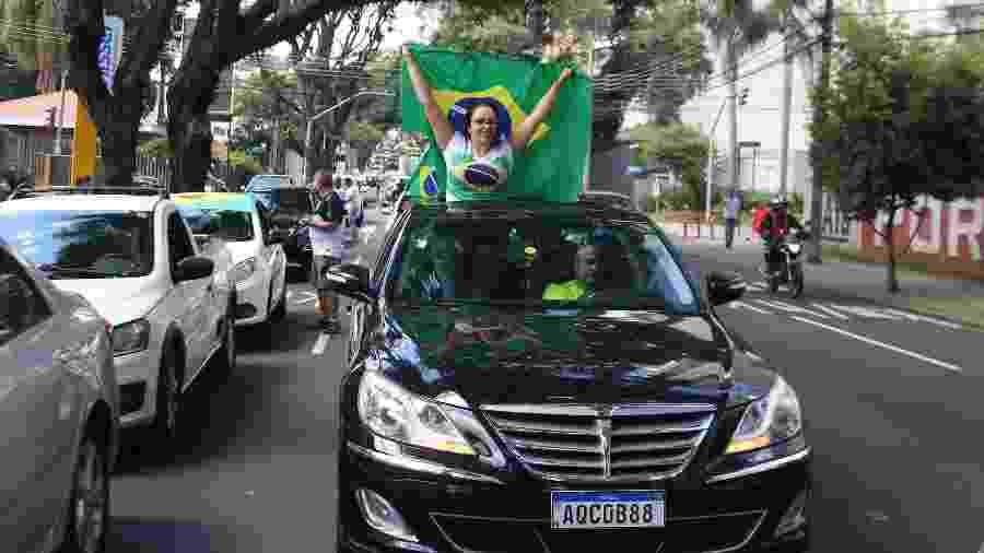 27.mar.2020 - Carreata em Curitiba pede que a quarentena seja encerrada e que as pessoas possam voltar a trabalhar - EDUARDO MATYSIAK/FUTURA PRESS/FUTURA PRESS/ESTADÃO CONTEÚDO