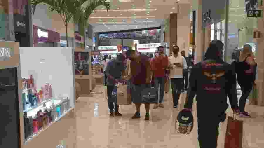Pessoas fazem compras no Shopping Center Norte, em São Paulo; lojas poderão ficar abertas por 12 horas a partir de amanhã - Marcelo Oliveira/UOL