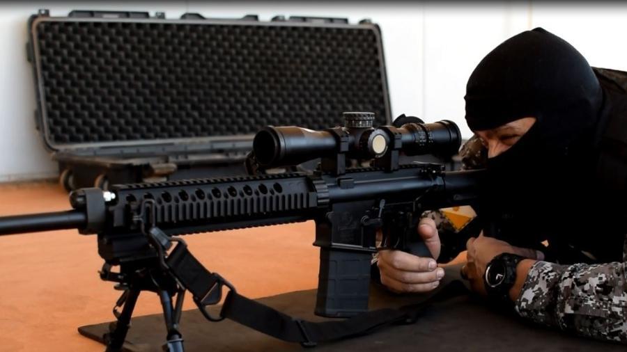 Agente de segurança usa modelo de carabina do MJSP - Divulgação/MJSP