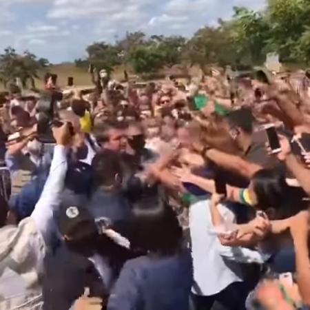 Sem máscara, Bolsonaro cumprimenta apoiadores aglomerados em Mossoró - Reprodução