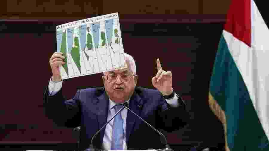 Mahmud Abbas, presidente da Palestina, mostra o mapa da Palestina antes das invasões israelenses - ALAA BADARNEH/AFP