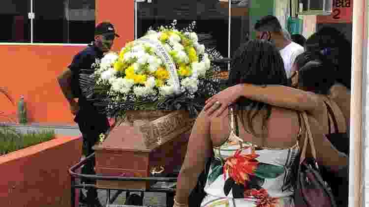 2.dez.2020 - Parentes de Carlos Eduardo durante velório no cemitério Olinda, em Nilópolis  - Herculano Barreto Filho/UOL - Herculano Barreto Filho/UOL