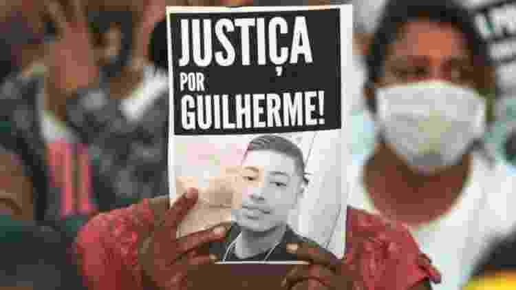 Grupo protesta contra o assassinato de Guilherme Guedes - BBC - BBC