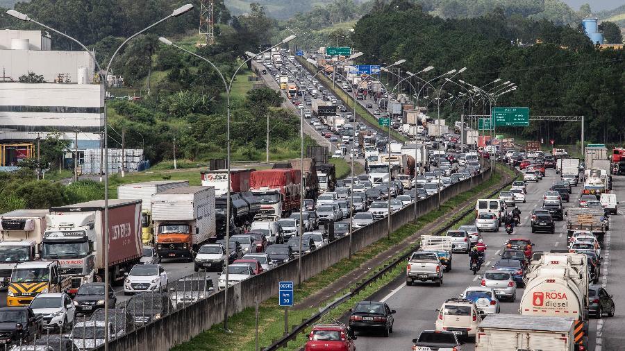 Caminhoneiros bloquearam faixas da Castello Branco, em São Paulo, durante protesto - Werther Santana/Estadão Conteúdo