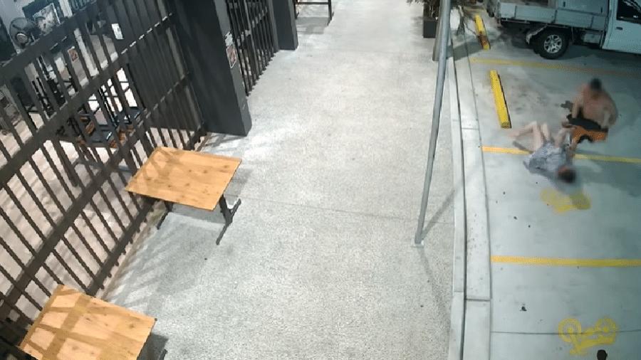 Câmeras de segurança filmaram a reação da idosa, que conseguiu manter os pertences - Reprodução/Youtube/Storyful