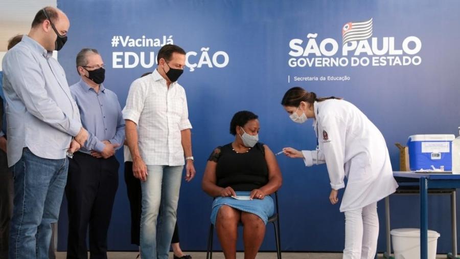10.abr.2021 - A merendeira Silmara Cristina da Silva de Moraes recebe primeira dose da CoronaVac - Divulgação/Governo de São Paulo