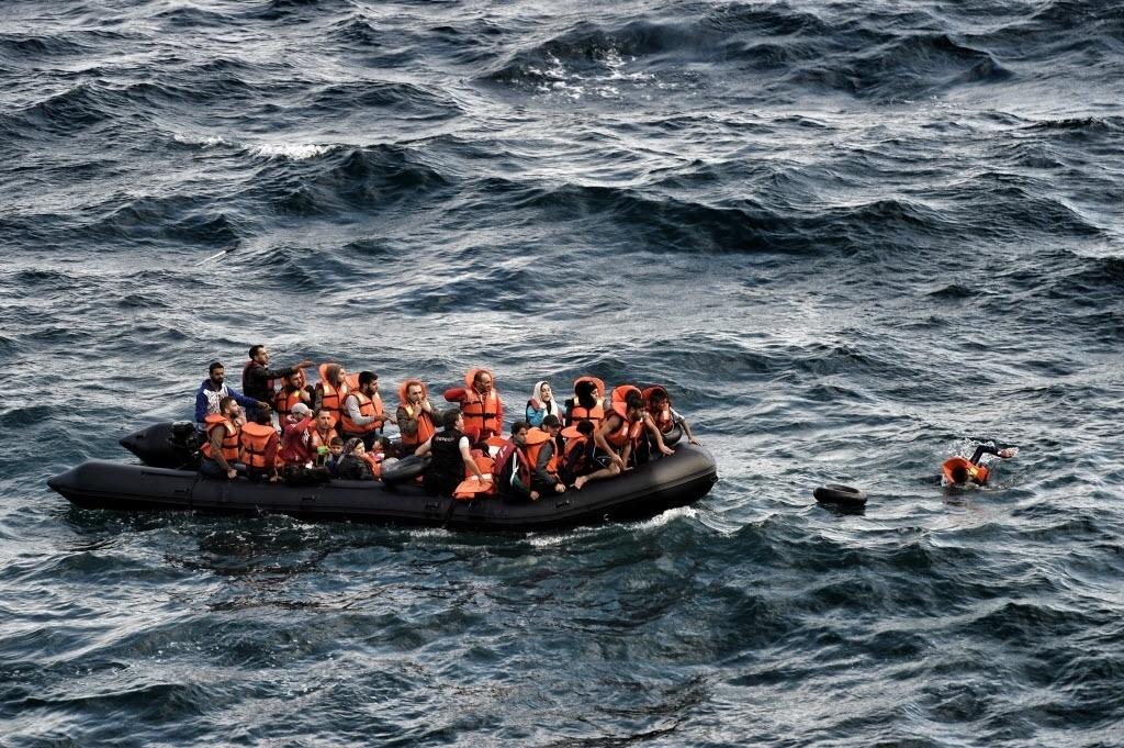 30.set.2015 - Em bote, migrantes se aproximam da ilha grega de Lesbos, na Grécia, após atravessar o mar Egeu
