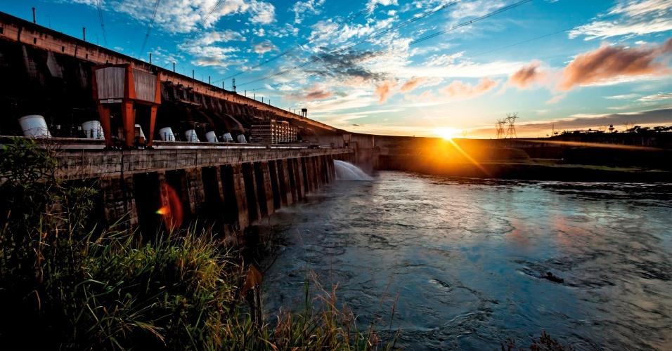 As comportas da usina hidrelétrica de Itaipu, no PR, foram abertas na noite de sexta-feira (16) para reduzir o nível do reservatório, elevado pelo excesso de chuvas na região.  A vazão chegou a 2.642 metros cúbicos de água por segundo, o equivalente à vazão normal de duas Cataratas do Iguaçu. Para aliviar o reservatório, Itaipu deve continuar liberando água por mais três dias