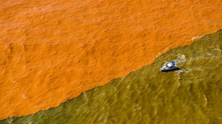Lama de barragem da Samarco em Mariana muda cor do mar do Espírito Santo, em 2015 - Gabriel Lordello -22.nov.2015/Mosaico Imagem