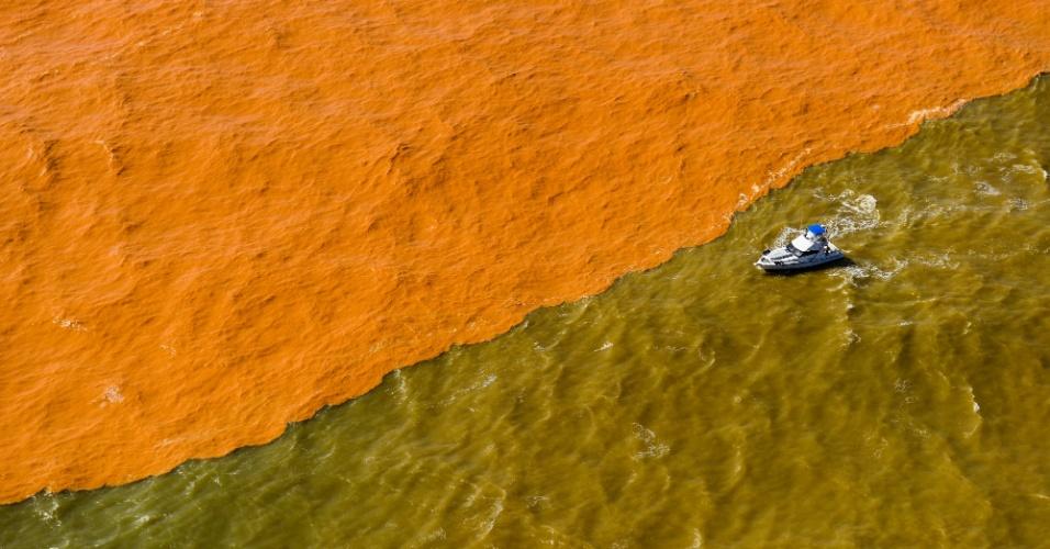 22.nov.2015 - Lama de barragem de mineração muda a cor do mar do Espírito Santo, na região do distrito de Regência, em Linhares. A lama percorreu o leito do rio Doce até a sua foz, após o rompimento de uma barragem da mineradora Samarco na cidade de Mariana, em Minas Gerais, no dia 5 de novembro