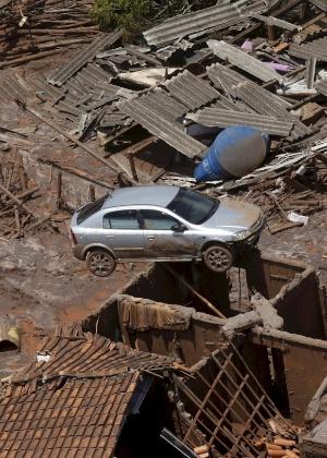 Carro em cima de casa após rompimento de barragem do Fundão, da Samarco, em Mariana (MG)