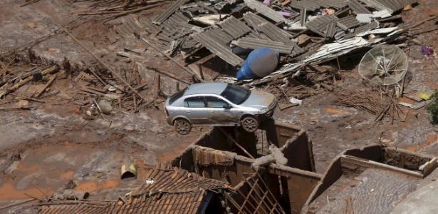 10.nov.2015 - Carro vai parar em cima de uma casa após o rompimento da barragem da Samarco, em Mariana (MG)