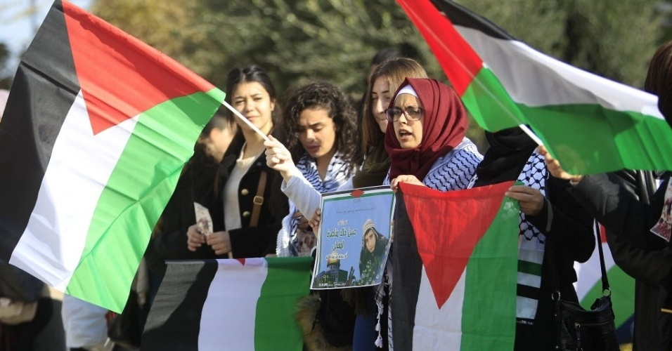 26.dez.2015 - Palestinas fizeram um protesto em frente à cidade velha de Jerusalém neste sábado (26) para exigir a devolução dos corpos das vítimas da mais recente onda de violência no conflito com Israel