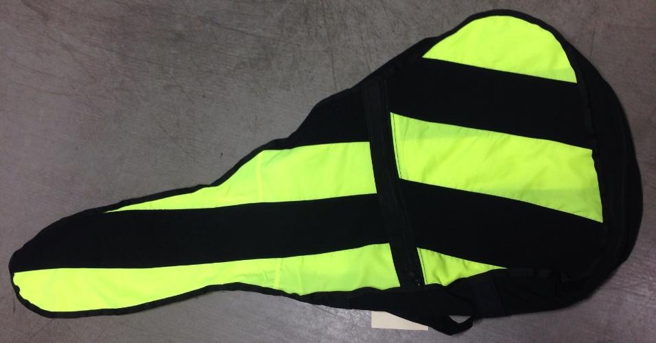 Capa de cavaco feita com retalhos retirados de uniformes descartados por empresas. A peça foi produzida pela Retalhar, que transforma os retalhos em brindes e outras peças