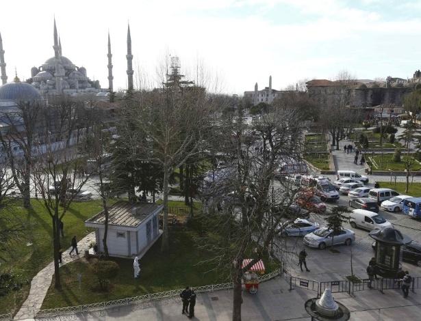 Policiais cercaram a praça central no bairro histórico de Sultanahmet, em Istambul, onde ocorreu uma explosão na manhã desta terça-feira (12)