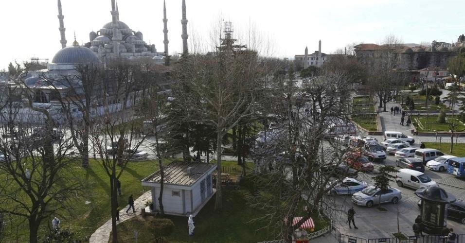 12.jan.2016 - Policiais cercaram a praça central no bairro histórico de Sultanahmet, em Istambul, Turquia. Ao menos dez pessoas morreram e 15 ficaram feridas em uma forte explosão próximo a Mesquita Azul e à Basílica de Santa Sofia, importante área turística da maior cidade da Turquia