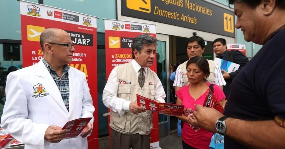 16.jan.2016 - Funcionários participam de campanha de prevenção contra o zika vírus, em Callao, Peru