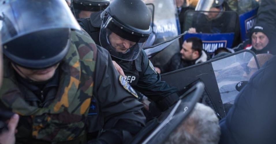 6.fev.2016 - Policiais tentam retirar à força taxistas que bloqueiam os trilhos de uma ferrovia perto de Gevgelija, na Macedônia. Os motoristas de táxi protestam pela proibição do transporte de refugiados na fronteira do país com a Sérvia, o que vinha trazendo lucros para eles. Milhares de refugiados passam pela Macedônia na tentativa de chegar aos países da União Europeia