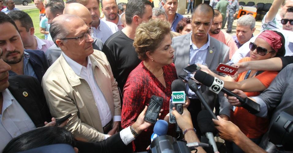 12.mar.2016 - A presidente Dilma Rousseff se reuniu neste sábado (12) com o governador Geraldo Alckmin em Franco da Rocha, na região metropolitana de São Paulo, para falar sobre os estragos causados pelas enchentes na região. Dilma sobrevoou as áreas atingidas pelas fortes chuvas dos últimos dias