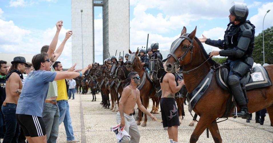 17.mar.2016 - Manifestantes gritam palavras de ordem em frente ao batalhão de cavalaria, em Brasília, durante protesto contra a nomeação do ex-presidente Luiz Inácio Lula da Silva como ministro-chefe da Casa Civil e pelo impeachment da presidente Dilma Rousseff