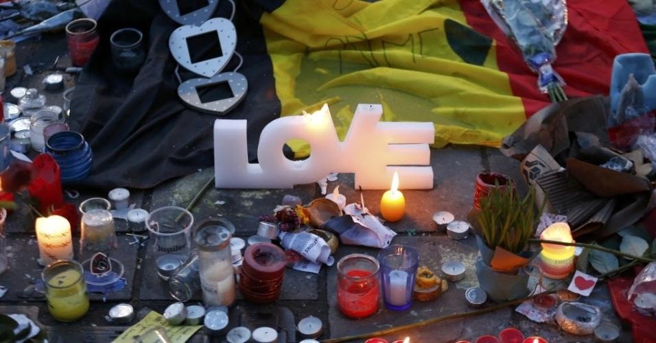 25.mar.2016 - Velas e bandeiras da Bélgica são colocadas na praça de la Bourse como homenagem aos mortos nos ataques à bomba que aconteceram no aeroporto internacional e no metrô de Bruxelas