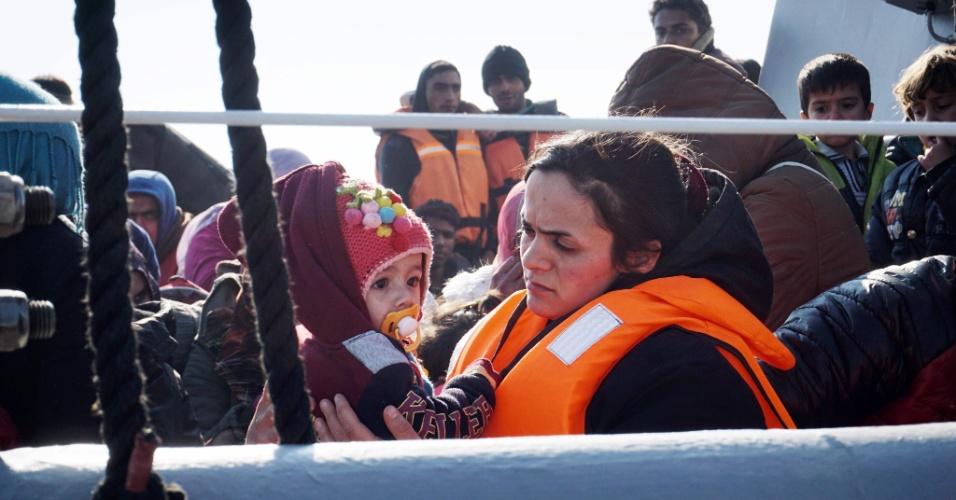 29.mar.2016 - Mãe e filha refugiadas são resgatadas pela guarda costeira grega e levadas para o porto de Mitilene, capital da ilha de Lesbos. Os Estados Unidos anunciaram ontem que desbloqueará 20 milhões de dólares para ajudar refugiados e migrantes que chegaram à Europa desde o ano passado