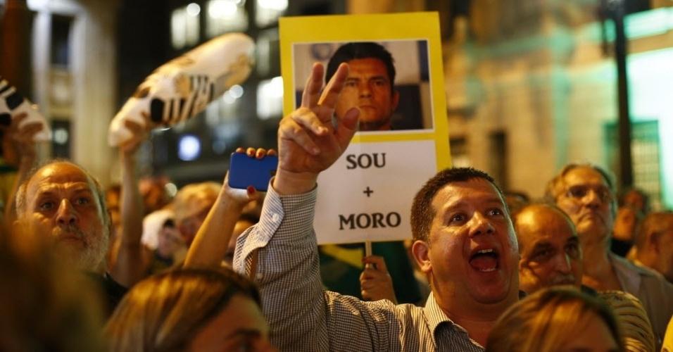 """4.abr.2016 - Manifestantes participam de ato intitulado """"Juristas pelo impeachment"""", no Largo São Francisco, na região central de São Paulo"""