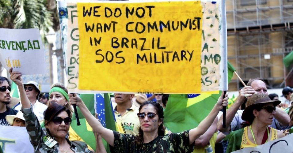 No Brasil, em protesto contra Dilma Rousseff, mulher pede intervenção militar com cartaz em inglês