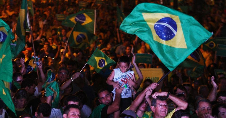 17.abr.2016 - Manifestantes favoráveis ao impeachment da presidente Dilma Rousseff concentrados na praça Santos Andrade, em Curitiba (PR), comemoram o votos pelo sim dos deputados federais na na Câmara dos Deputados