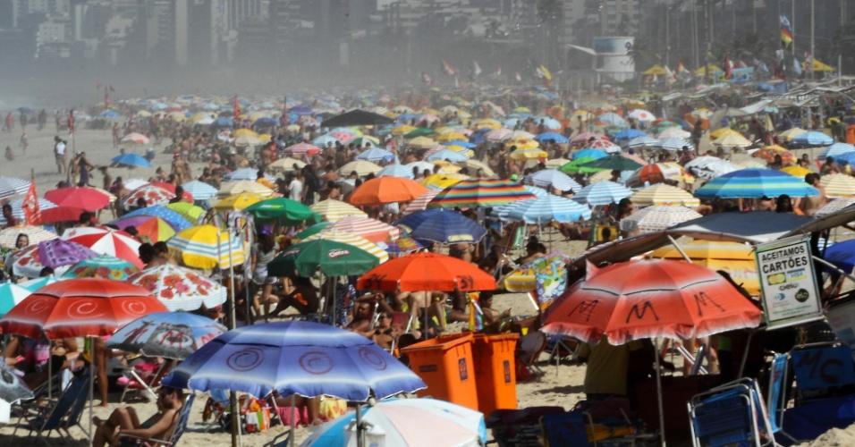 22.abr.2016 - Praia do Arpoador, na zona sul do Rio de Janeiro, fica lotada de banhistas nesta sexta-feira