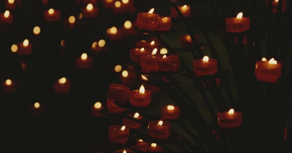 9.mai.2016 - Velas simbolizando votos iluminam a nave da catedral de Notre Dame, em Paris. Com mais de 850 anos, Notre Dame passou por várias restaurações, reafirmando sua condição de ícone da capital francesa