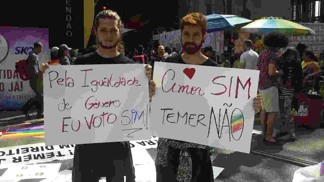 29.mai.2016 - Placas de protesto contra o governo Temer e a homofobia são exibidas na 20ª Parada do Orgulho LGBT - Wellington Ramalhoso/UOL