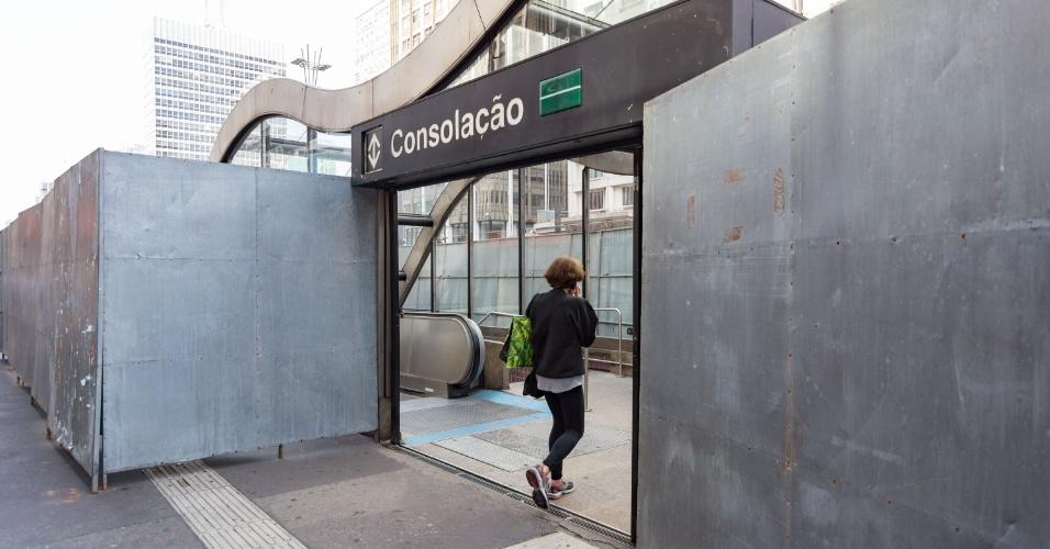 29.mai.2016 - Saída da estação Consolação, da linha 2-Verde do metrô, recebe placas de proteção para a 20ª Parada do Orgulho LGBT