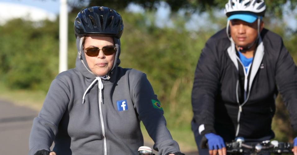 3.jun.2016 -  A presidente afastada, Dilma Rousseff, pedala na cidade de Porto Alegre (RS). Na capital gaúcha, Dilma deverá participar de atos em defesa do seu mandato. A agenda inclui o lançamento de um livro que reúne artigos que denunciam o impeachment como um