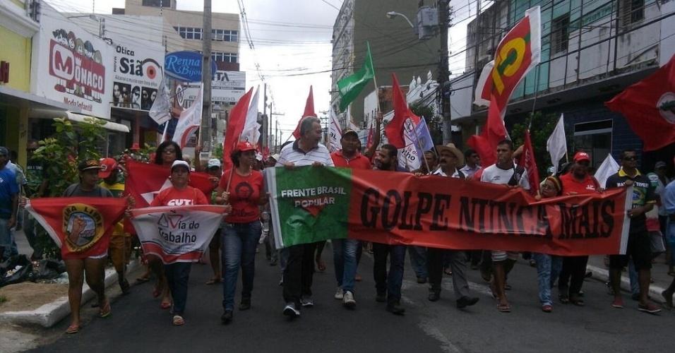 10.jun.2016 - Manifestantes da Frente Brasil Popular, ligados ao Movimento dos Trabalhadores Sem Terra, se reuniram em protesto contra o presidente interino, Michel Temer (PMDB). O ato se concentrou na praça do Centenário, em Maceió (AL), e seguiu pelas ruas do centro da cidade