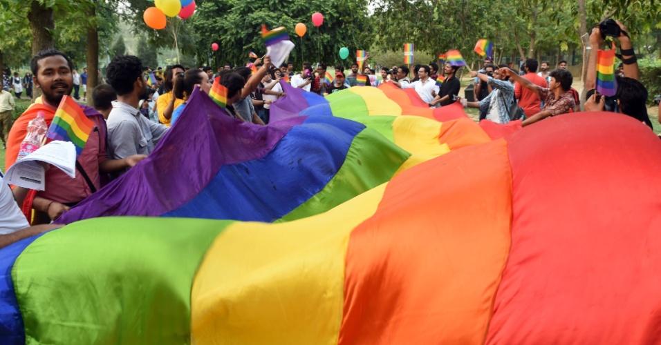 25.jun.2016 - Ativistas dos direitos para grupos LGBT (Lésbicas, Gays, Bissexuais e Transgêneros) participam de uma parada do orgulho gay pedindo o fim da discriminação em razão da orientação sexual, no Gurugram, Índia