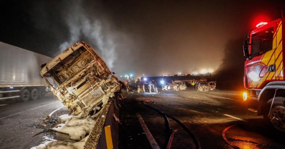 3.jul.2016 -  Um caminhão-tanque carregado de combustível, que seguia sentido Paranaguá, perdeu os freios e tombou no quilômetro 33 da BR-277, perto de Morretes (PR). A carga explodiu e, segundo informações preliminares da Polícia Rodoviária Federal (PRF), pelo menos três pessoas morreram