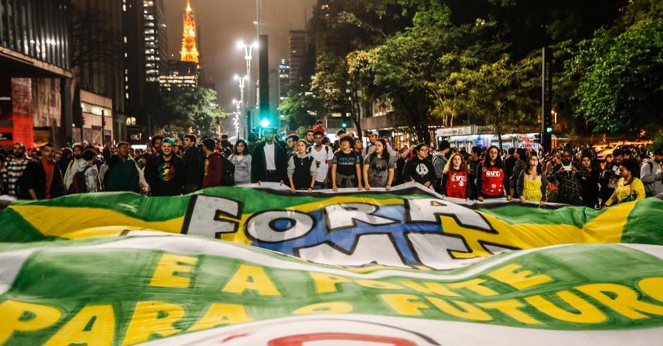 31.ago.2016 - Manifestantes se concentram em frente ao MASP na Avenida Paulista para protestar contra o impeachment da presidente Dilma Rousseff. Dilma foi condenada nesta quarta-feira (31) pelo Senado no processo de impeachment por ter cometido crimes de responsabilidade na condução financeira do governo. O impeachment foi aprovado por 61 votos a favor e 20 contra.