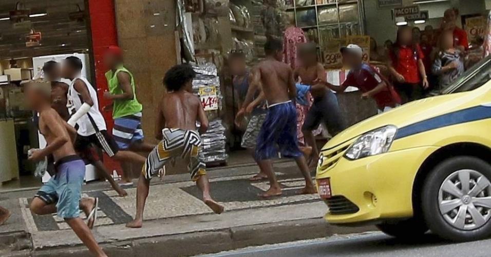 15.set.2016 - Correria, furtos, vidraças quebradas, pessoas caindo no chão... O fim de tarde na avenida Nossa Senhora de Copacabana, a um quarteirão da praia de Copacabana, na zona sul do Rio, foi marcado por cenas de violência na quarta-feira (14). Um arrastão terminou com 92 pessoas detidas para averiguação, das quais 82 eram menores --78 adolescentes e quatro crianças. Outros dez eram maiores