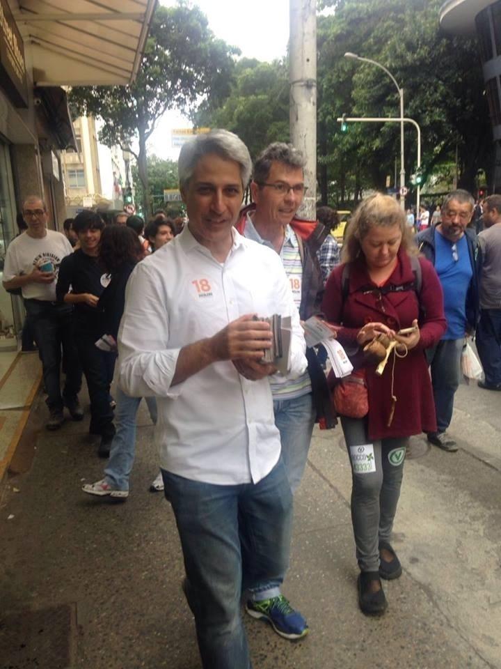 1º.out.2016 -  Alessandro Molon, candidato a prefeito do Rio de Janeiro pela coligação Rede-PV-PPL, faz caminhada em Copacabana, zona sul do Rio de Janeiro