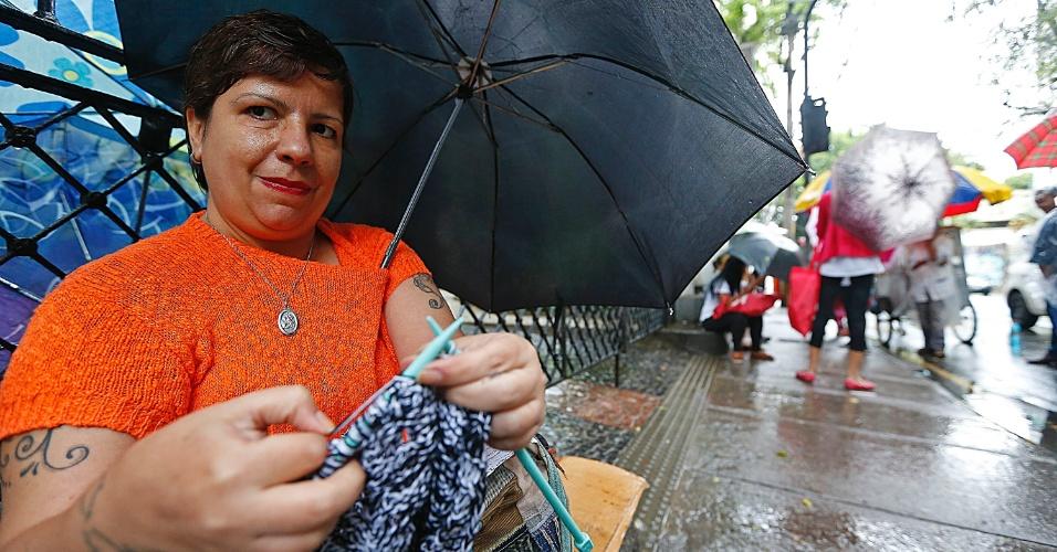 """5.nov.2016 - À espera do filho, a pedagoga Flávia Ribeiro, 42, encontrou uma maneira de espantar o tédio e, ao mesmo tempo, realizar uma atividade terapêutica: o tricô. Sentada em um meio-fio na porta da Universidade Veiga de Almeida, na Tijuca, zona norte do Rio, ela tricotava o que possivelmente se tornará uma touca até que o filho dela deixe o local de prova. """"Tenho esse hábito desde os 9 anos. Ajuda a aliviar a fibromialgia, e o crochê reduz em quase 20% a quantidade de remédios que sou obrigada a tomar"""", explicou. O filho, Guilherme, pretende cursar matemática e fazer concurso público. A mãe reconhece que ele não se preparou adequadamente. """"A verdade é que ele não estudou nada. Mas eu confio nele, ele sempre foi um rapaz inteligente"""""""