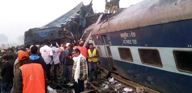 Equipes de resgate trabalham em um dos vagões destruídos no acidente