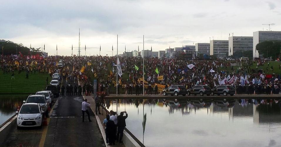 29.nov.2016 - Manifestantes ocupam gramado em frente ao Congresso Nacional, na tarde desta terça-feira (29), para protestar contra a PEC (Proposta de Emenda à Constituição) do Teto, que limita os gastos públicos pelos próximos 20 anos