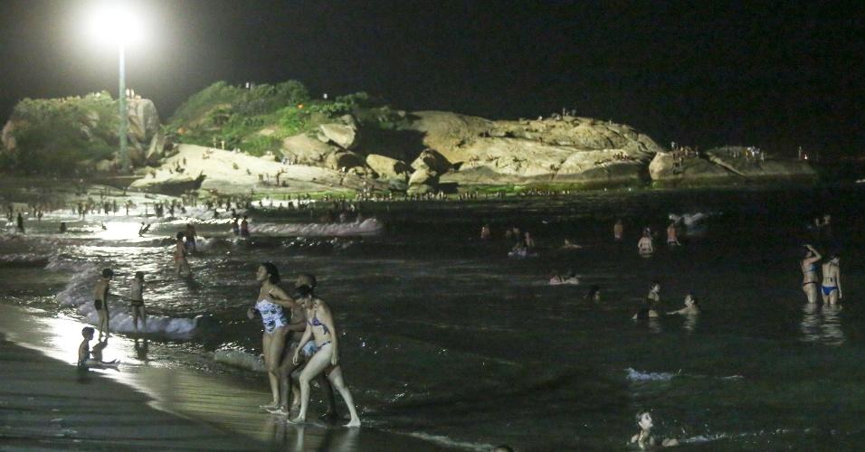 27.dez.2016 - Com o cair da noite, banhistas aproveitaram o mar para se refrescar na praia de Ipanema, na zona sul do Rio de Janeiro. Às 21h, os termômetros de rua ainda marcavam 31º no bairro