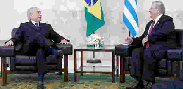 O embaixador da Grécia, Kyriakos Amiridis (à direita), conversa com o presidente Michel Temer durante cerimônia de apresentação de cartas credenciais de embaixadores, no Palácio do Planalto - Pedro Ladeira - 25.mai.2016/Folhapress